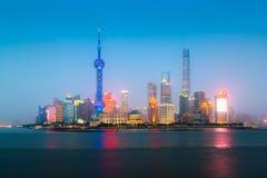 Shanghai Kina stadshorisont på natten på Huangpuet River fotografering för bildbyråer