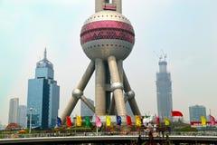 Shanghai Kina: Österlänningpärlatorn i Pudong Royaltyfri Bild