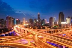 Shanghai-Landstraßenverkehr im Einbruch der Nacht Lizenzfreie Stockfotos