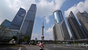 Shanghai-lujiazui Geschäftszentrum, Wolkenkratzer u. Orient-Perle Fernsehturm stock video