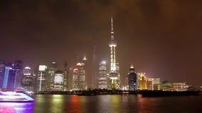 SHANGHAI - MAART 19, 2018: Weergeven van Pudong-dijk bij nacht, het helder verlichte zeil van de toeristenboot bij Huangpu-rivier stock video