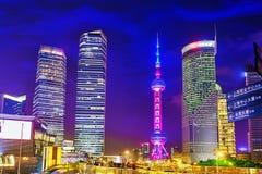 SHANGHAI-MAY 24日2015年 在夜间的东方珍珠塔  库存图片