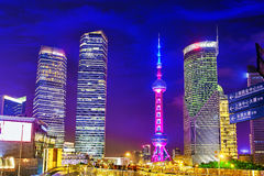 SHANGHAI-MAY 24, 2015 Orientał perły wierza przy nighttime  Obrazy Stock