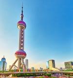 25 Shanghai-MEI, 2015 Oosterse Pareltoren op blauwe hemelbackgro Royalty-vrije Stock Fotografie