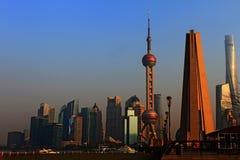 Shanghai, monumento degli eroi della gente Pudong Pushi, LU Jia Zui nel fondo 2 Immagini Stock Libere da Diritti