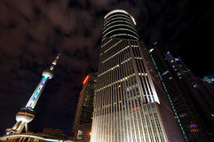 Shanghai-orientalische Perlenkontrollturm- und -gebäudenacht Lizenzfreies Stockbild