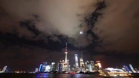 Shanghai på natten, ljust tänt nav för övergående värld för skepp ekonomiskt, moln i himmel stock video
