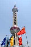 Shanghai-Perlen-Kontrollturm mit chinesischer Staatsflagge Stockbild