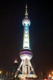Shanghai-Perlen-Kontrollturm nachts stockbilder