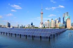 Shanghai-Promenadenskylinemarkstein an ökologischem Energie Sonnenkollektor Stockbilder