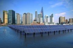 Shanghai-Promenadenskylinemarkstein an ökologischem Energie Sonnenkollektor Lizenzfreie Stockfotos