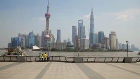 Shanghai - 10 Sep, 2013: de mensen blijven bij dijk, bewonderen toneelmening van gebouwen bij overkant stock videobeelden