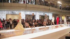 SHANGHAI - 6. SEPTEMBER: Ansicht der Modeschau im Innenraum Einkaufsmal am 6. September 2013 Shanghai-Stadt, Porzellan stock video footage