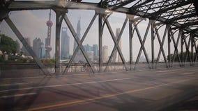 SHANGHAI - SEPTEMBER 10: Timelapse av trafik på den Waibaidu bron, September 10, 2013, Shanghai stad, porslin lager videofilmer