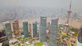 Shanghai - 6 settembre 2013: Distretto ed il fiume Huangpu finanziari di Shanghai Lujiazui video d archivio