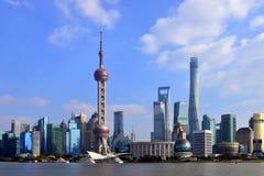 Shanghai Sklyline von der Promenade Stockfotos