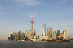 Shanghai-Skyline mit Boot und keinem refect Lizenzfreies Stockbild