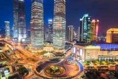 Shanghai som är i stadens centrum på natten arkivfoton