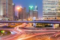 Shanghai som är i stadens centrum i skymning arkivfoton