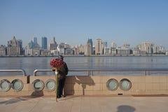 Shanghai som är waitan med gatuförsäljaren Arkivbild