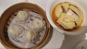 shanghai soupy klimp & x28; xiao lång bao& x29; och wined höna royaltyfri fotografi