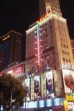 Shanghai stad Kina Landskapet av parkerar områden, forntida byggnader och moderna skyskrapor arkivfoto