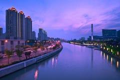 Shanghai stad och Suzhou flod på natten Arkivfoton