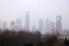 Shanghai stad på morgonen i dimmig dag Arkivfoton