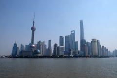 Shanghai stad på morgonen i dimmig dag Arkivbild