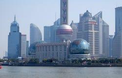 Shanghai stad på morgonen i dimmig dag Royaltyfri Bild