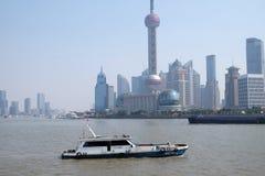 Shanghai stad på morgonen i dimmig dag Arkivbilder
