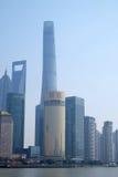 Shanghai stad på morgonen i dimmig dag Royaltyfria Bilder