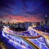 Shanghai stad på solnedgången med ljusa slingor Royaltyfria Bilder