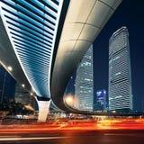Shanghai stad på solnedgången med ljusa slingor Fotografering för Bildbyråer