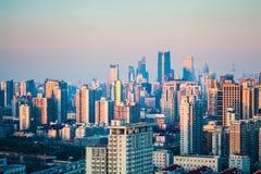 Shanghai stads- skogbyggnader på skymning Arkivfoton
