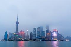 Shanghai stadshorisont på solnedgången Arkivbild