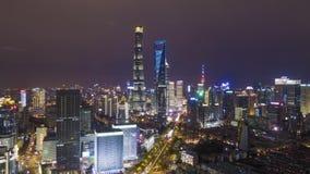 Shanghai-Stadt nachts Lujiazui-Bezirk und Jahrhundert-Allee China Schattenbild des kauernden Gesch?ftsmannes stock video footage