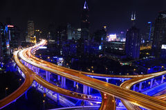 Shanghai-Stadtlandstraßenverkehr im Einbruch der Nacht Lizenzfreie Stockbilder