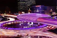 Shanghai-Stadtlandstraßenverkehr im Einbruch der Nacht Lizenzfreie Stockfotos