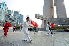 Shanghai Tai Chi med fanen Arkivbild