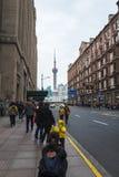 Shanghai torn som sett från den Nanjing vägen arkivbilder