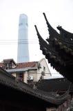 Shanghai torn som stiger upp ovanför de forntida roovesna av den Yu trädgården, Shanghai, Kina Royaltyfria Bilder