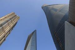 Shanghai-Turm-, -Jin Mao Tower- und Shanghai--weltfinanzzentrum von unterhalb angesehen Lizenzfreies Stockfoto
