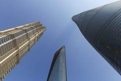 Shanghai-Turm-, -Jin Mao Tower- und Shanghai--weltfinanzzentrum von unterhalb angesehen Lizenzfreie Stockfotos