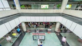 Shanghai-U-Bahnhallen-Innenleute drängten Zeitspanneporzellan des Panoramas 4k stock video