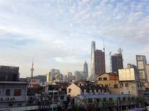 Shanghai: zonsondergang in de stad van contrasten Stock Fotografie