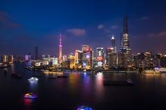 Shanghais Huangpu River på natten Arkivbilder