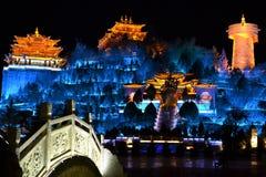 Shangri La木老镇在与五颜六色的光的晚上,Xianggelila,Zhongdian,云南,接近西藏,中国 免版税库存照片