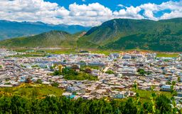 Shangri-La o Xianggelila, precedentemente Zhongdian, provincia nordoccidentale della città n il Yunnan del imountain Il sedile de immagini stock libere da diritti