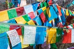 SHANGRILA, CHINA - 13 DE MARÇO DE 2015: Bandeira da oração no templo de Baiji Uma guitarra elétrica do stratocaster do F Fotos de Stock Royalty Free
